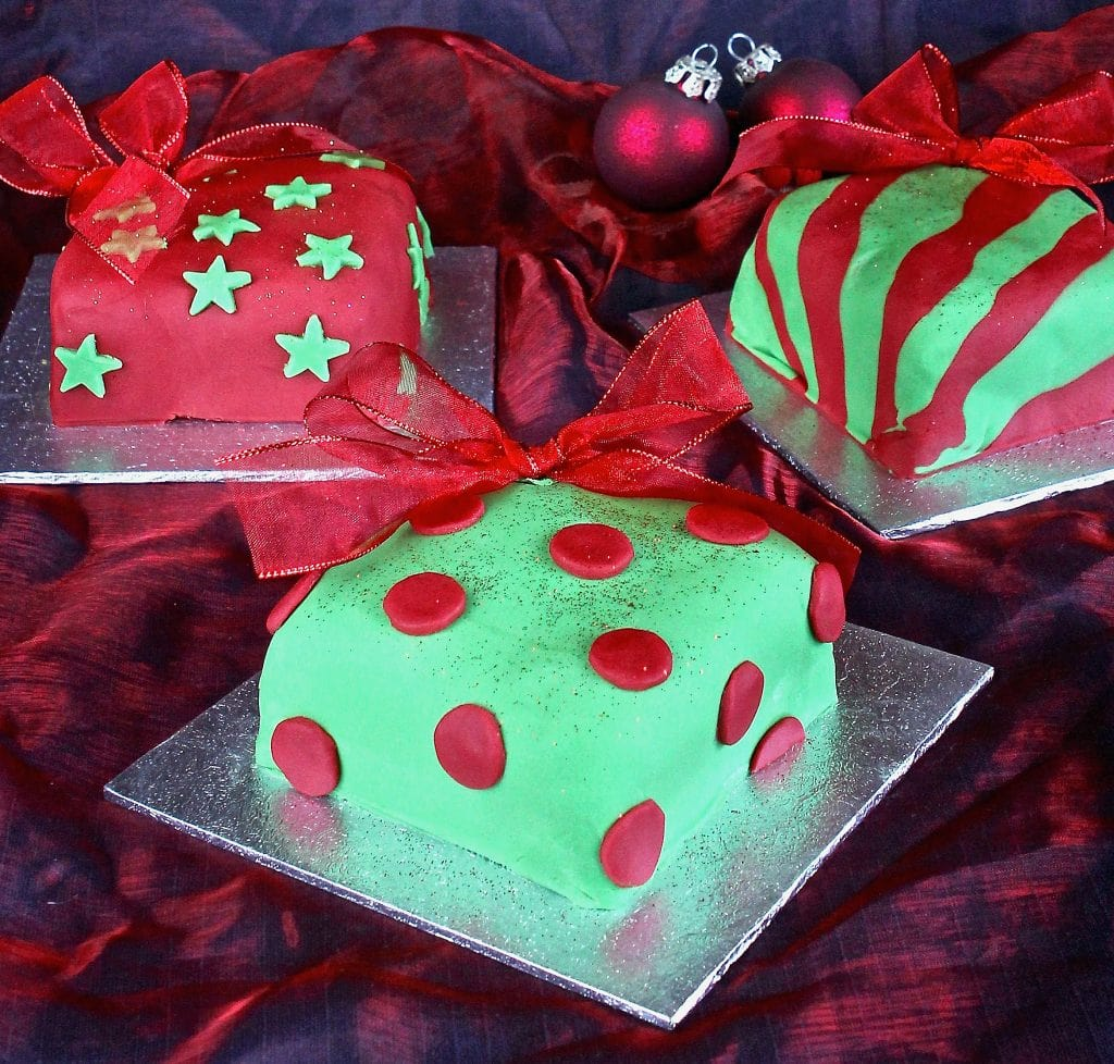 red-green-present-cakes